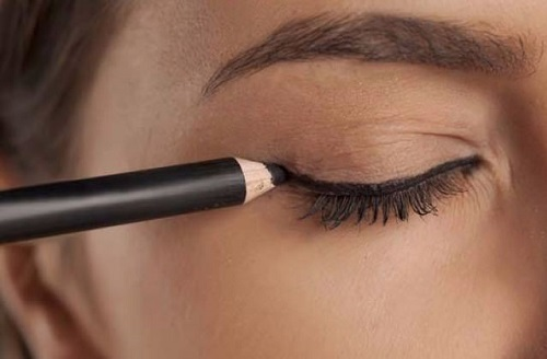 asimetrik göze eyeliner uygulaması