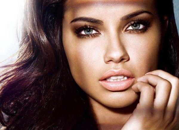 Adriana Lima buğulu göz makyajı